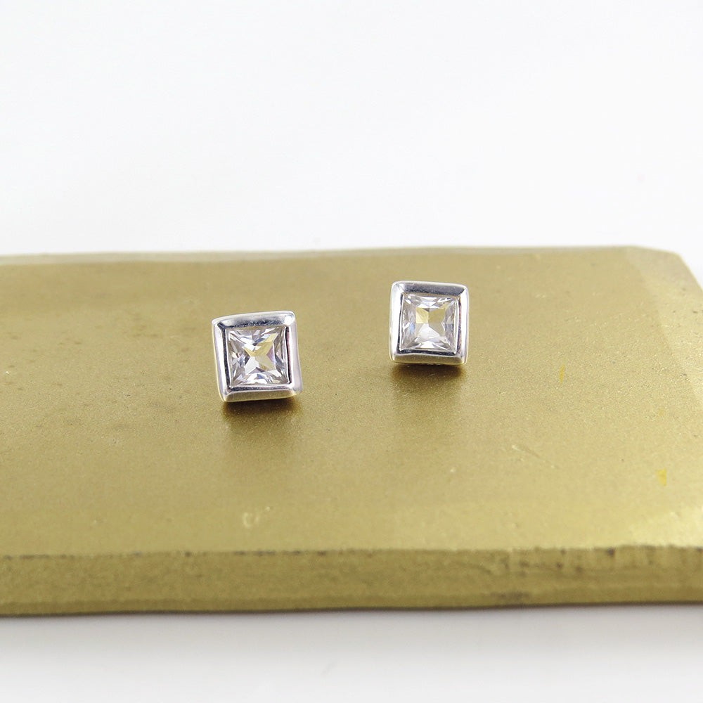 4x4MM BEZEL SET SQUARE WHITE TOPAZ