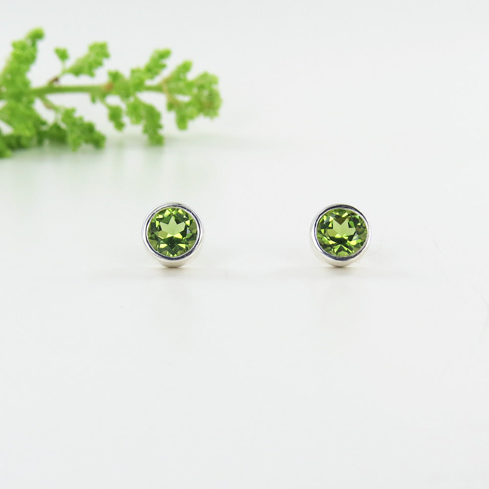 6 MM PERIDOT BEZEL SET DOT POST