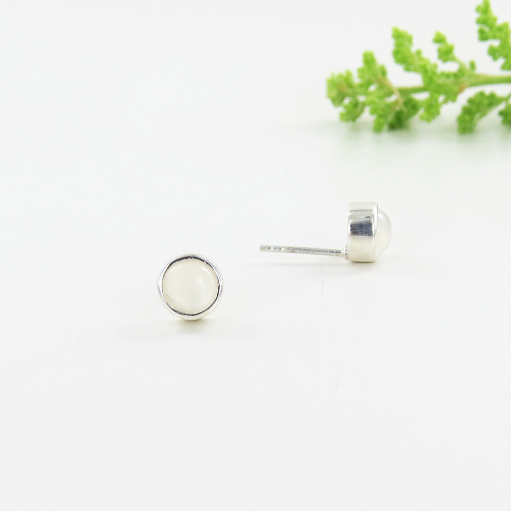 6 MM MOONSTONE BEZEL SET DOT POST