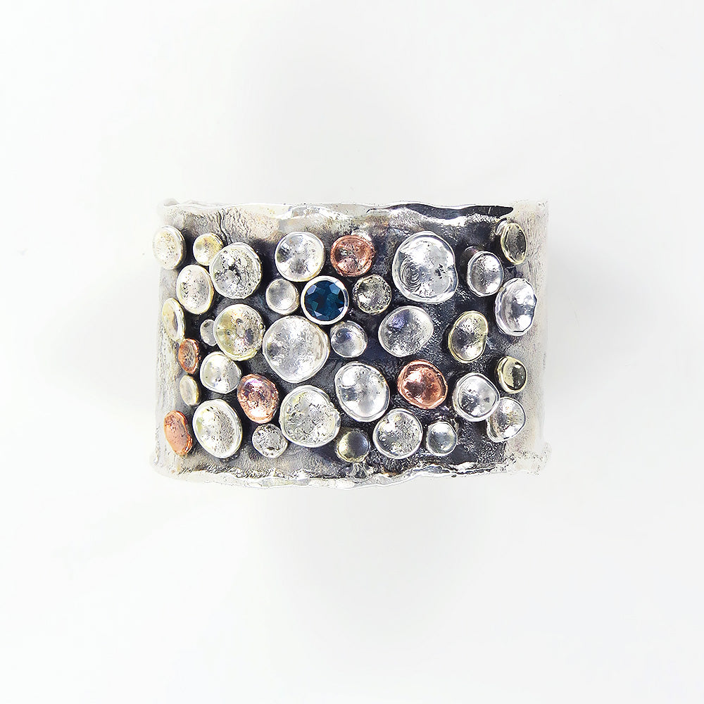 WIDE PEBBLES ON THE BEACH CUFF