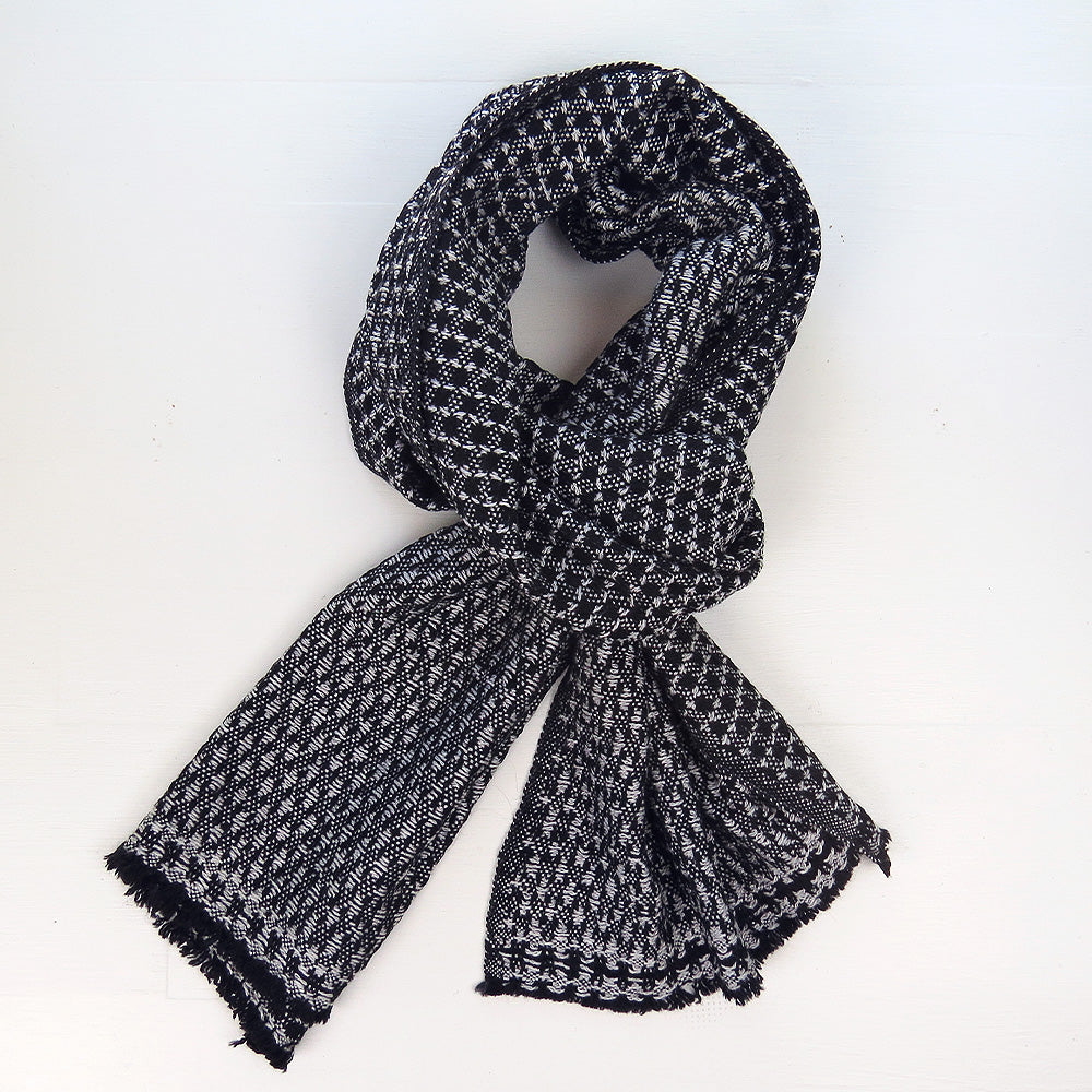 BOXED HERRINGBONE CASHMERE SCARF IN BLACK