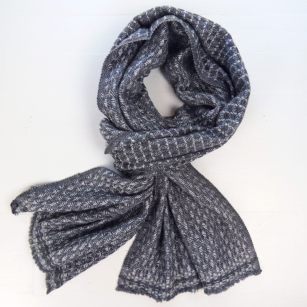 BOXED HERRINGBONE CASHMERE SCARF IN LIGHT GREY