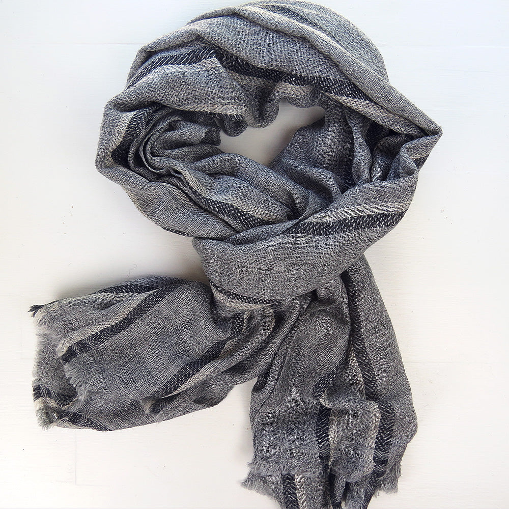 CASHMERE SHAWL IN CHARCOAL