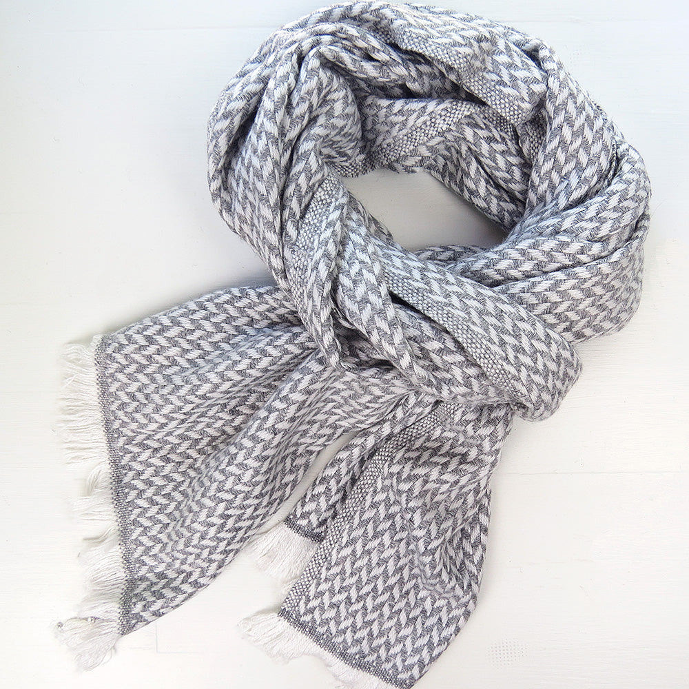 CASHMERE SCARF IN HERRINGBONE LIGHT GREY AND WHITE