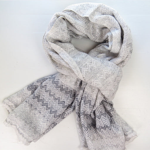 CASHMERE SCARF IN HERRINGBONE OMBRE LIGHT GREY AND WHITE