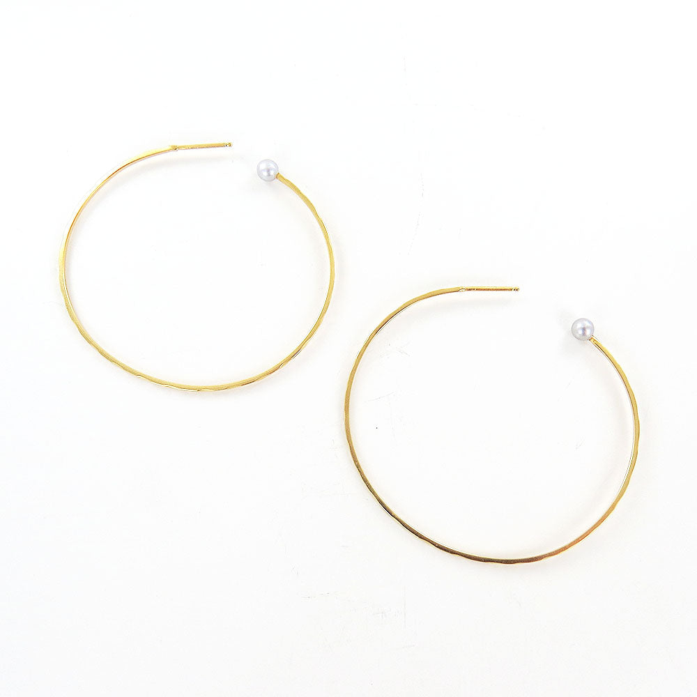 GREY PEARL HAMMERED HOOP EARRINGS