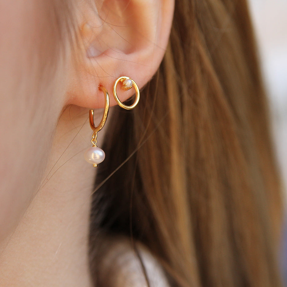 GOLD VERMEIL CIRCLE STUD WITH PRONG SET PEARL