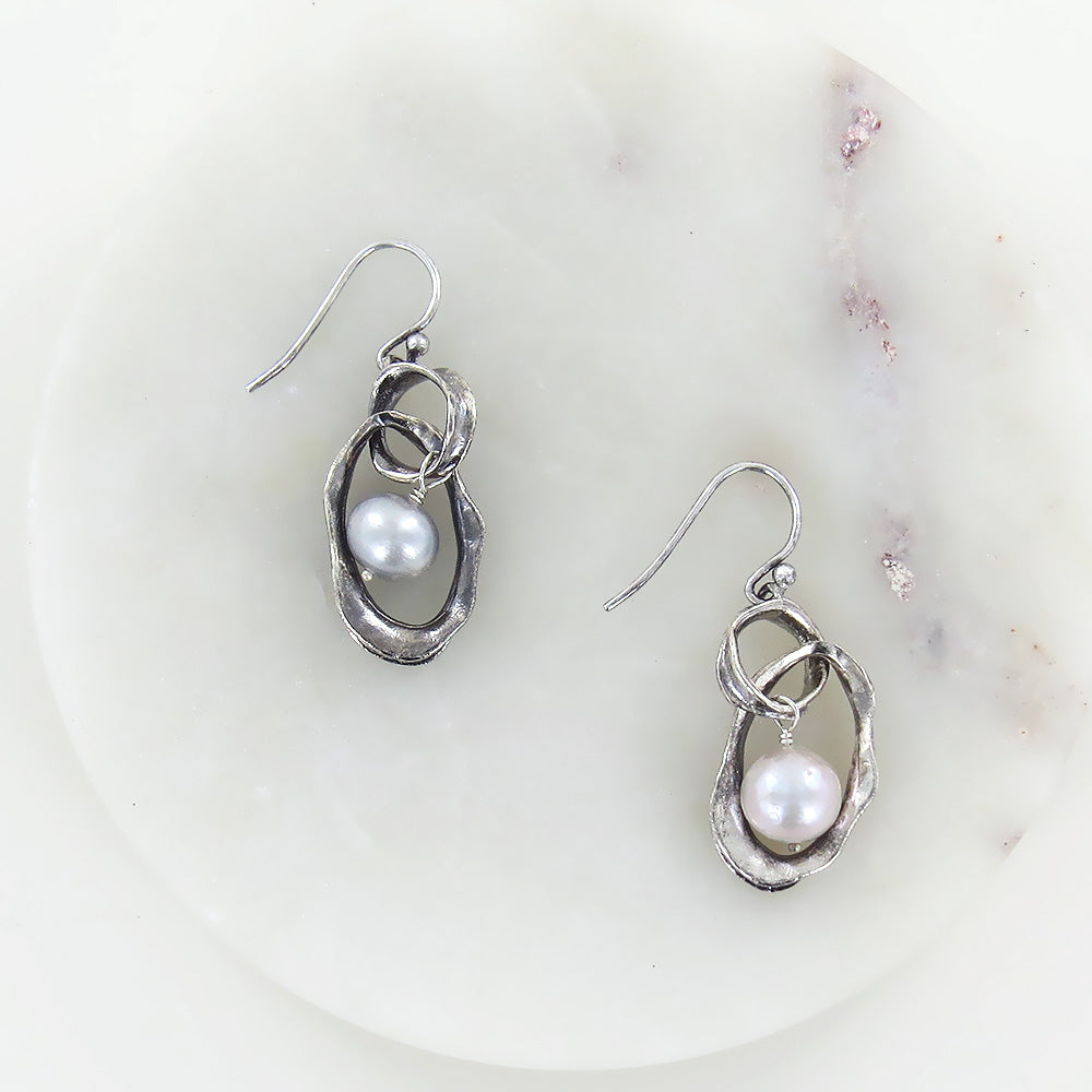 TWILIGHT PEARL AND SILVER LINK EARRING