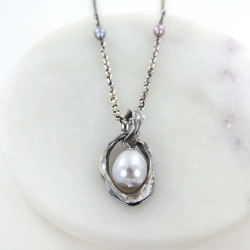 TWILIGHT PEARL PENDANT NECKLACE