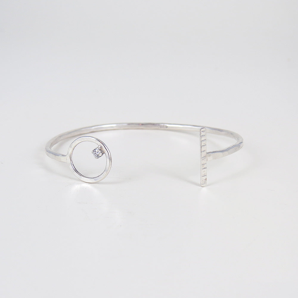 OPEN CIRCLE AND BAR END CAPS BANGLE