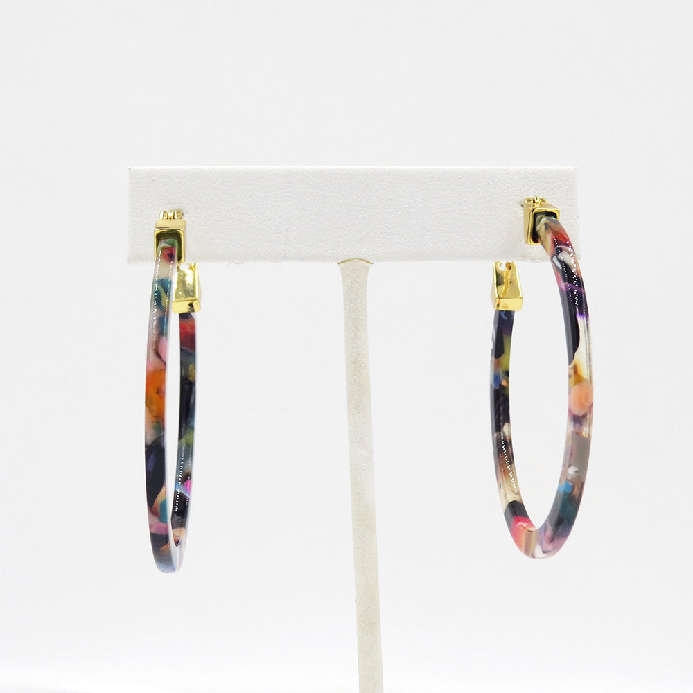 LIGHT CONFETTI RESIN HOOP EARRING