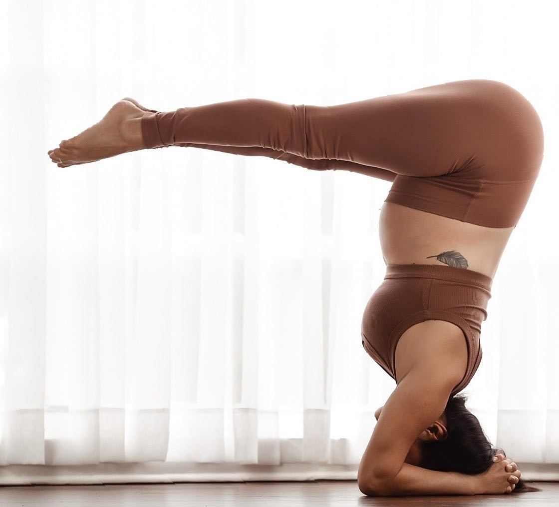 @gabriella.dondero wearing the Wellness Bra and the High-Waist Airbush legging during her Forearm Headstand.