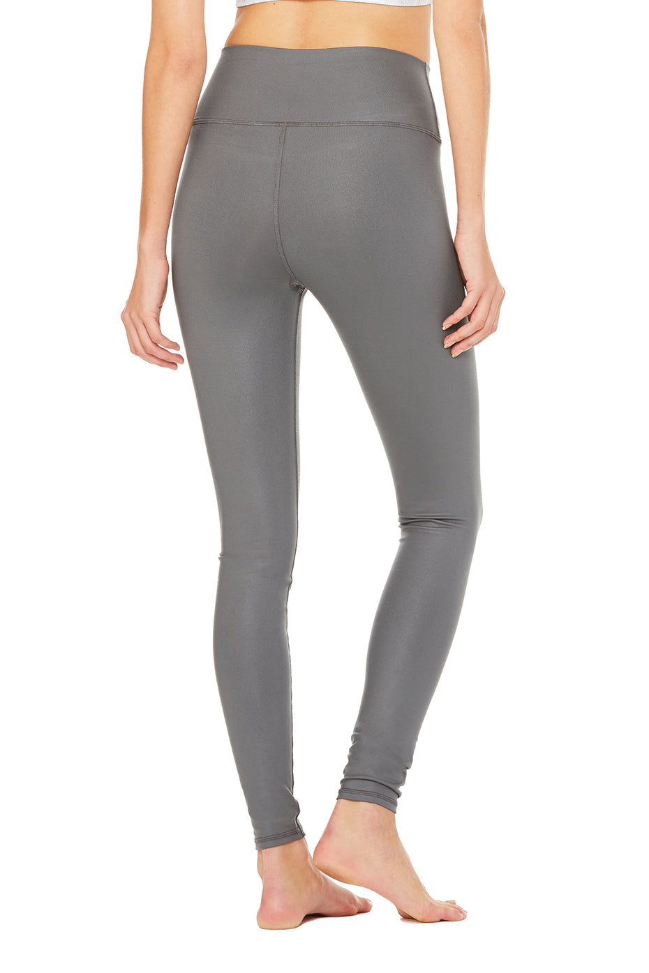 High-waisted leggings stay in place much better than normal leggings due to their higher cut around the abdomen. The high waist also provides you with a bit of support in the tummy area. Leggings with a high waist are available in numerous materials, colors, and patterns.