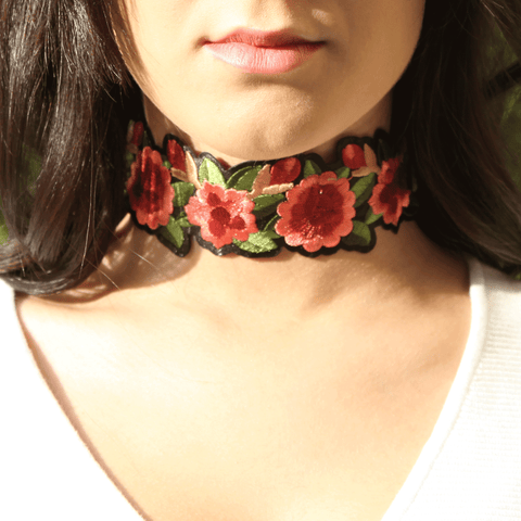 collier serre cou floral rose