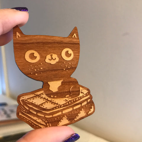 CAT ON A QUILT wooden pin