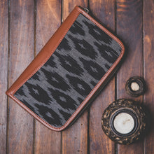 Load image into Gallery viewer, Ikat BlckMesh Chain Wallet