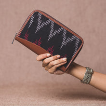 Load image into Gallery viewer, Ikat Black SeaOptics Chain Wallet