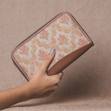 Load image into Gallery viewer, Beige Petal Motif Chain Wallet