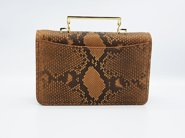 Twisted leather cross bag.