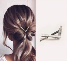 Load image into Gallery viewer, Crystal V Hair Clip