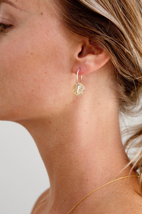 little hoops 22k Gold-filled (or 925 sterling silver), beige shell, gold plated (or silver plated) bar