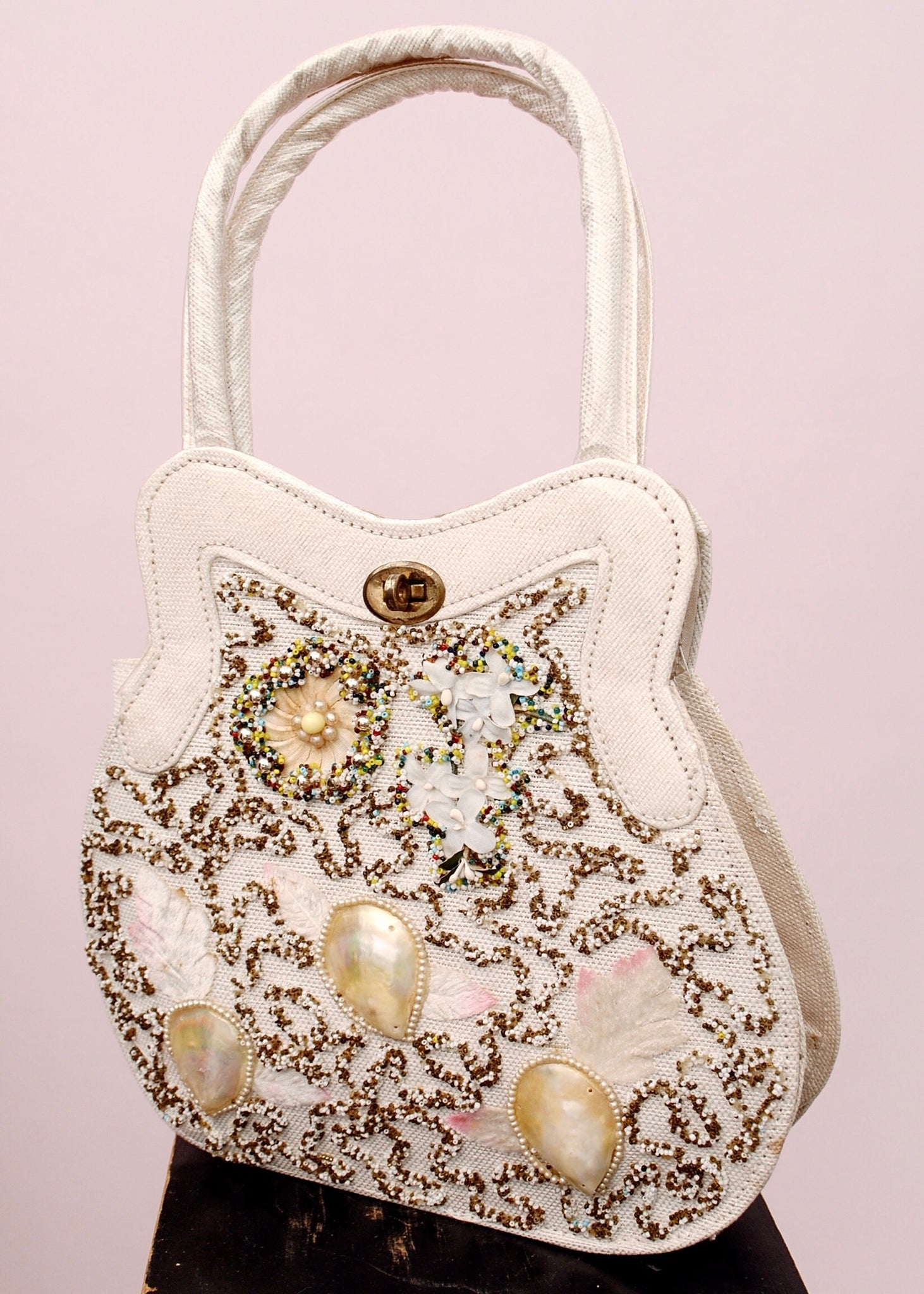 Shell decorated top handle bag From the 1950s and collage style