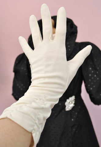 "1960s Vintage Pale Cream Bracelet Length Ruched Gloves • 3"" Finger"