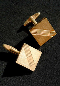 midcentury sqare shaped gold cufflinks with diagonal diamond cut grooves