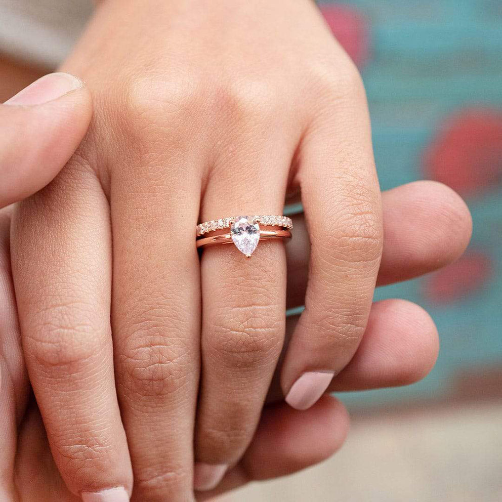 the daisy and the promise rings in rose gold