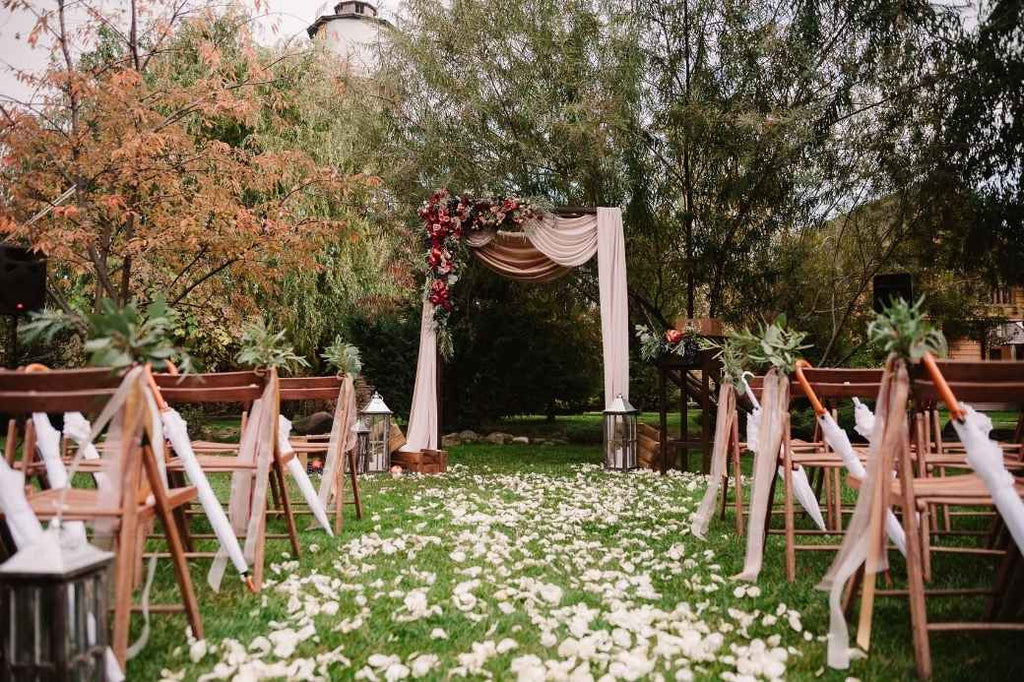 Location Venue Nature Natural Leaves Trees Seasonal Fall Autumn 2020 Season Wedding Planning Must Haves Goodies Ideas Advice Tips Tricks Help New Bride