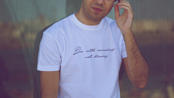 camiseta blanca de hombre, manga corta con frase die with memories not dreams de liz nation web