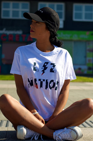 gorra liz nation color negro y letras youth en color blanco, chica con estilo moda ver y comprar
