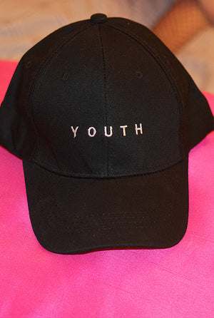 gorra con letras youth en color negro, tamaño ajustable, disponible en liz nation web