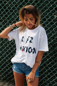 chica con nueva camiseta de liz nation exclusiva con serigrafia en color rojo y azul envio gratis disponible