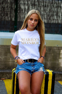 chica con camiseta marilyn monroe de liz nation última tendencia