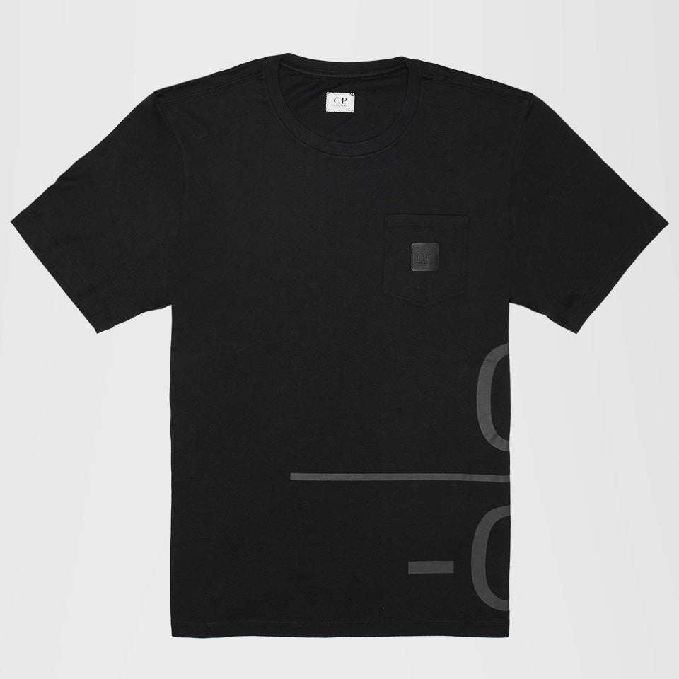CP COMPANY JERSEY 30/1 WRAP GRAPHIC T-SHIRT IN BLACK