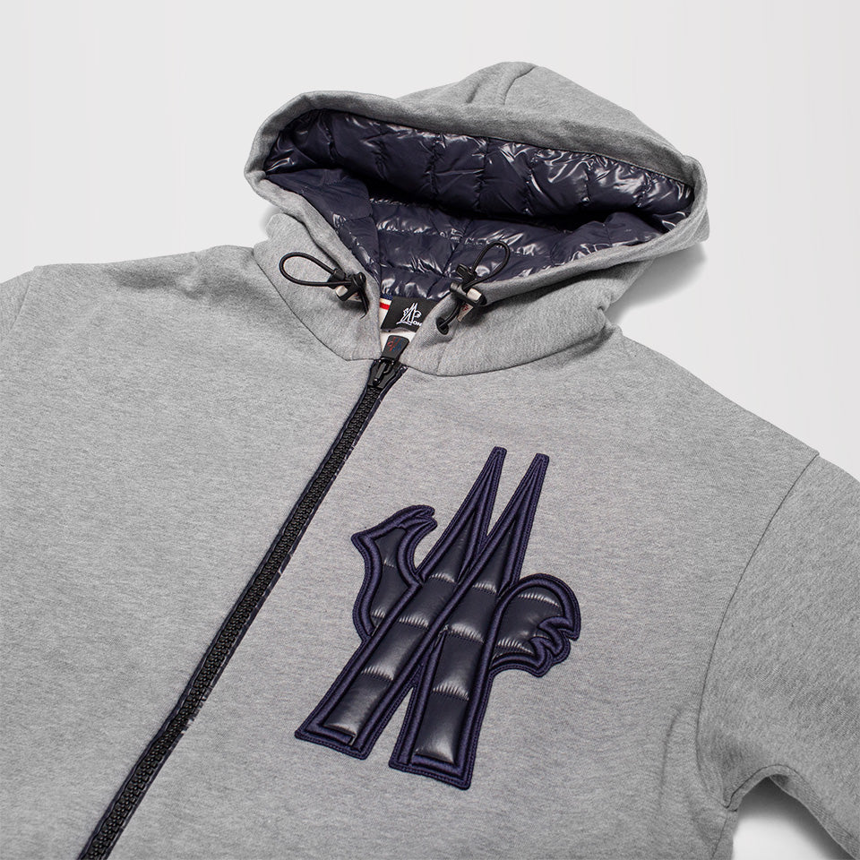 MONCLER GRENOBLE LOGO PATCH ZIPPED HOODIE GREY