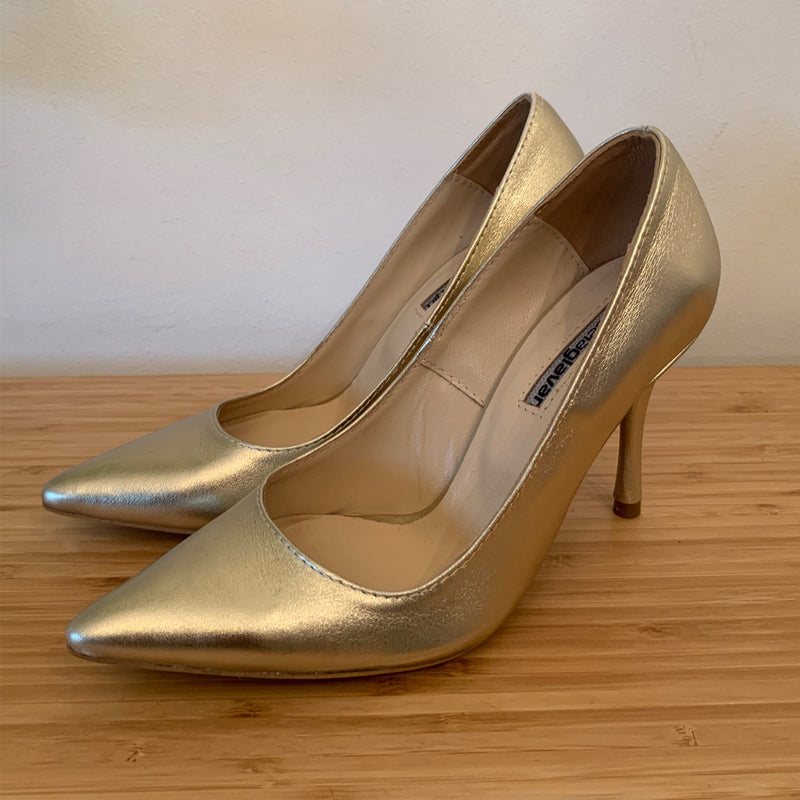Golden leather pumps