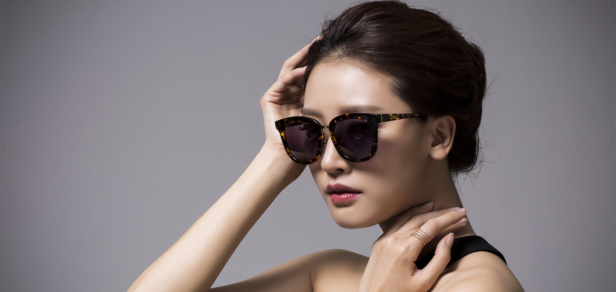 Asian lady wears asian fit tortoise square sunglasses