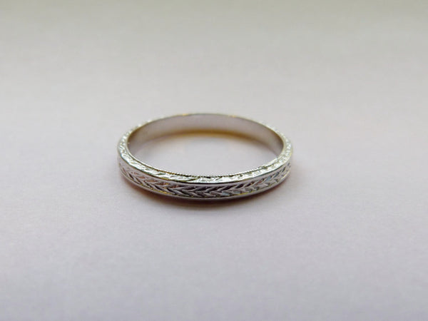 Fully Engraved 14 kt Whit Gold Art Deco Arrow Styled Wedding Band