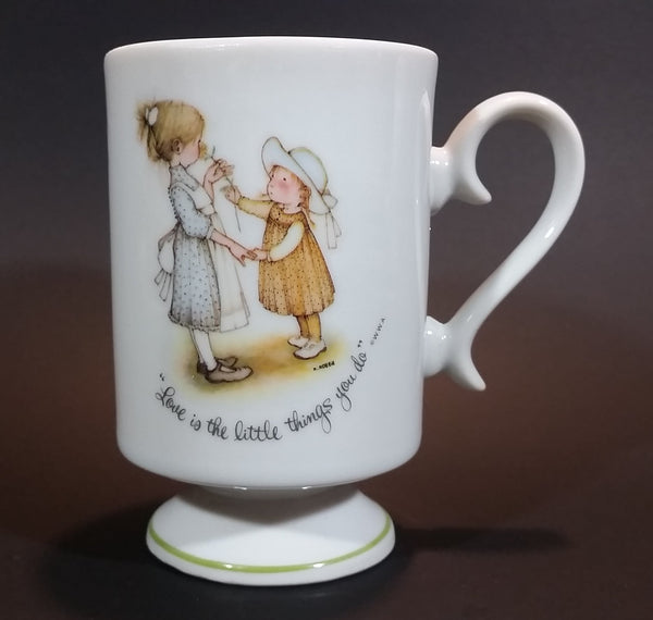 "1973 Holly Hobbie Genuine Porcelain WWA ""Love is the little things you do"" Girls Smelling Flowers Pedestal Mug Cup"