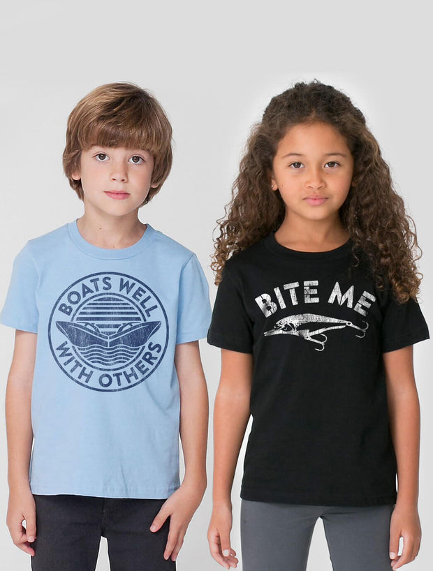 Boats Well With Others Kids T-Shirt - Nice Aft
