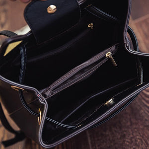 This black cat bag has many compartments and is large enough to fit all your essentials.