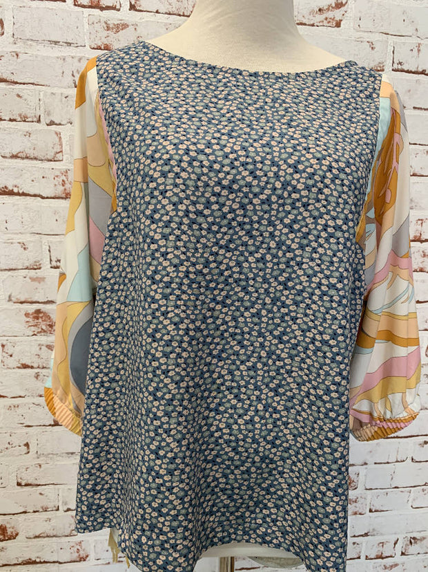 gorgeous swirly and blue daisy rayon top - perfect for summer - elastic mid sleeves - medium 10-12