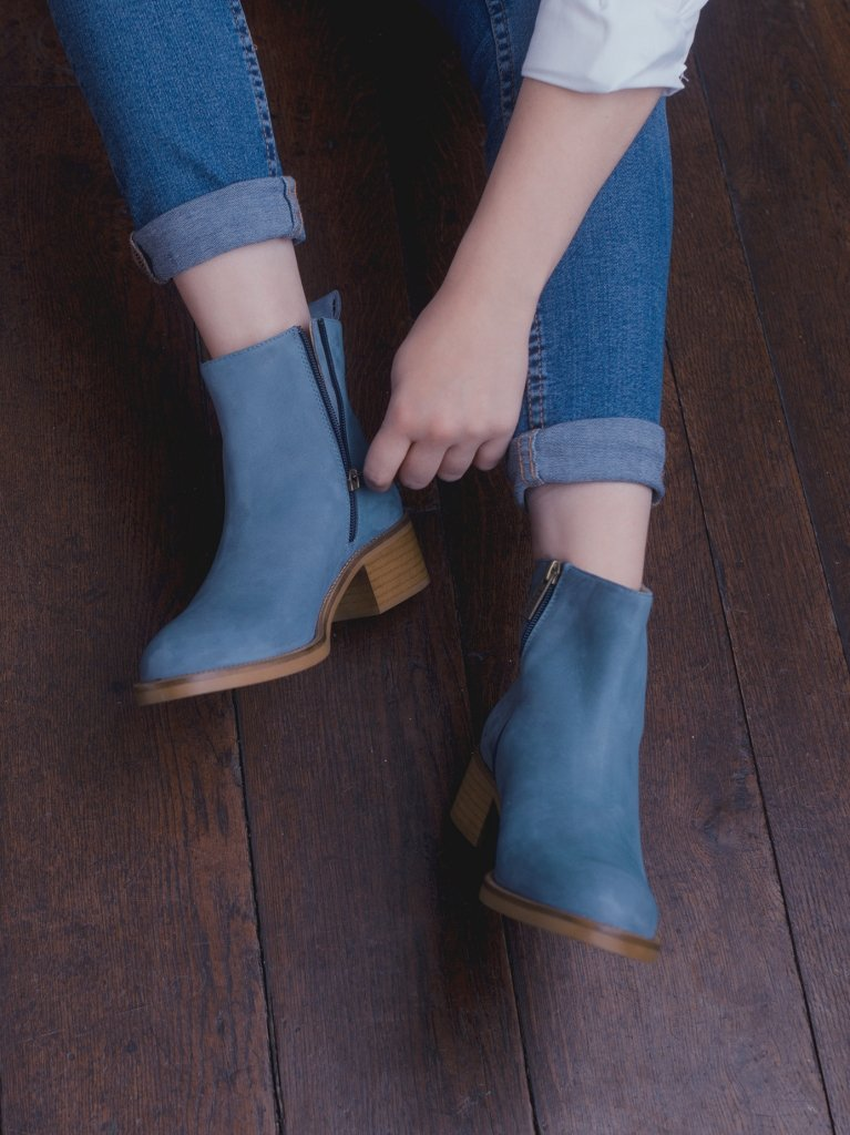 Arietty Jeans Blue Suede - Block-heeled round toe ankle boots.