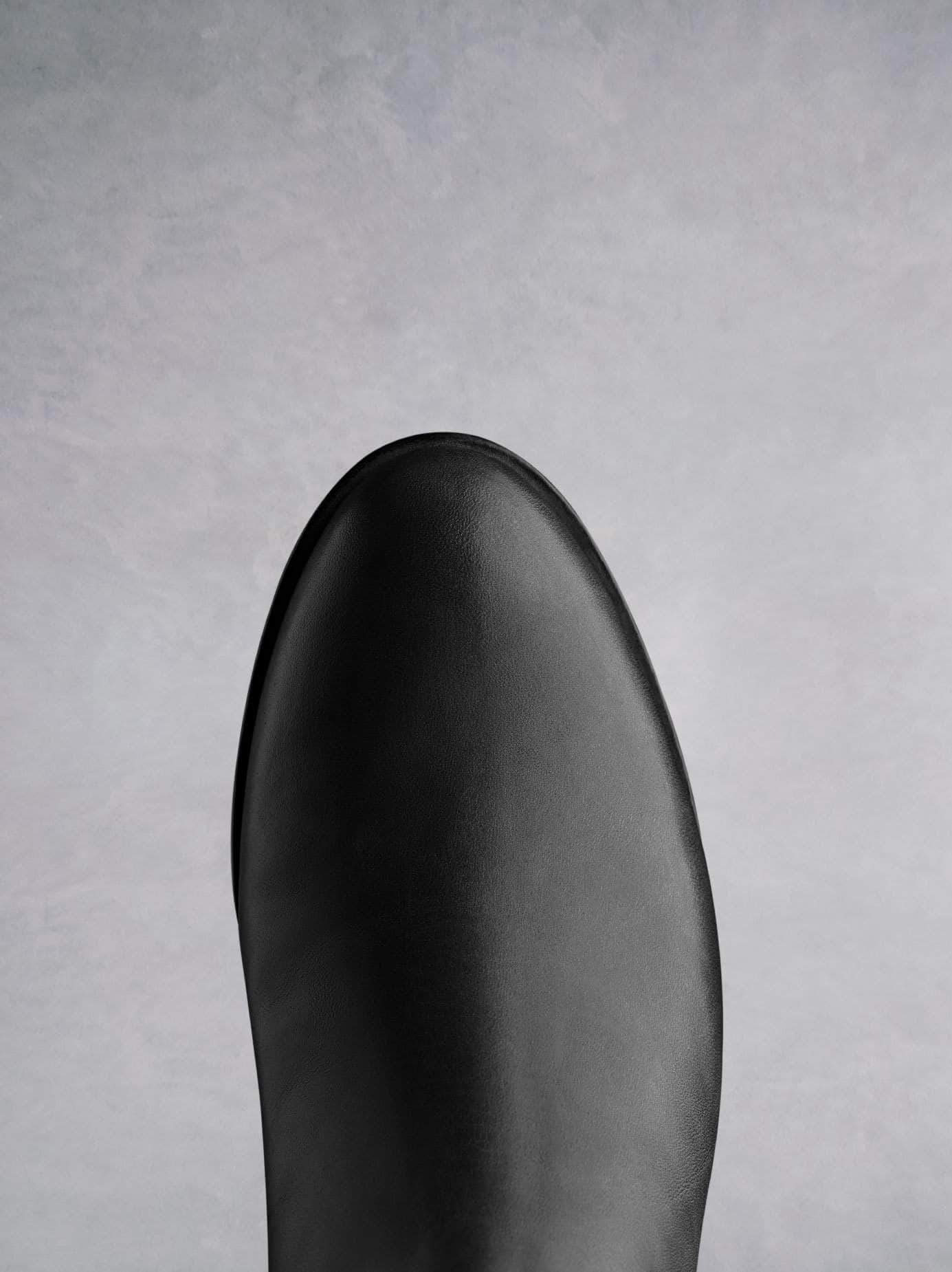 Thornbank in black has a round toe shape for your comfort this season.
