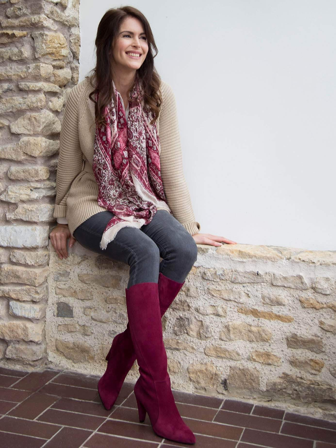 This chic knee high has a curved folded seam detail on the side of the boot which flatters and elongates the leg.