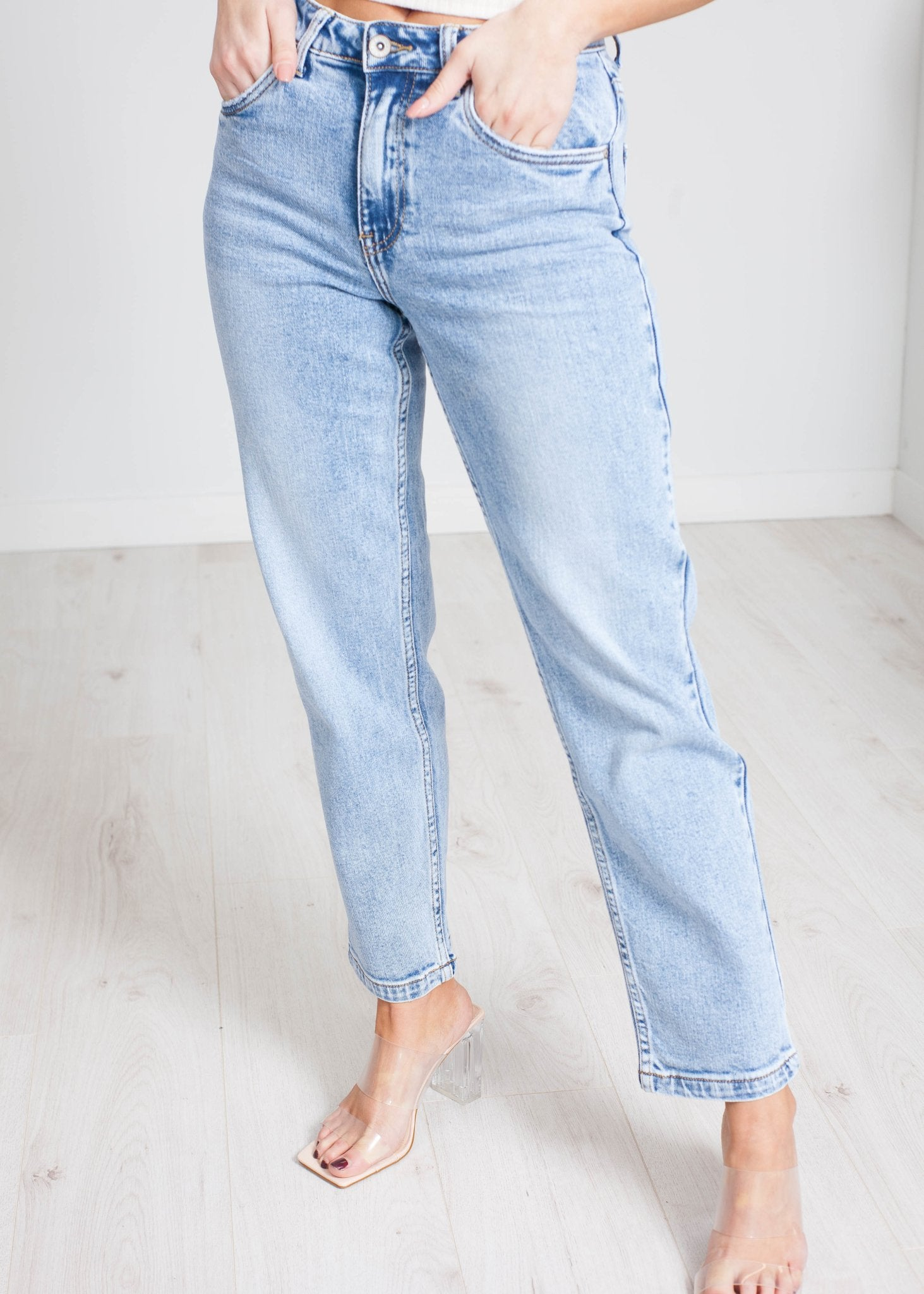 Aveen Straight Leg Jean In Light Wash - The Walk in Wardrobe