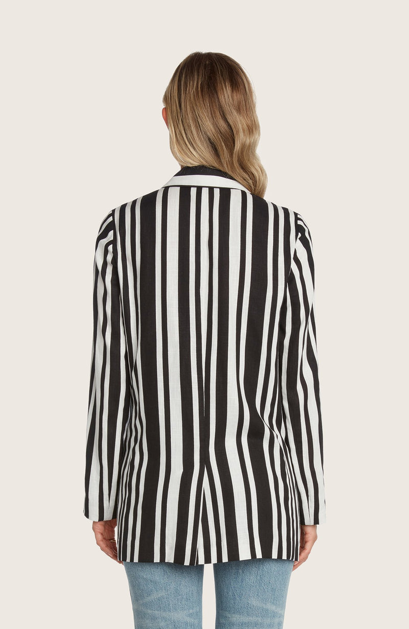Willow-meyer-blazer-linen-structured-slim-fit-stripped-black-white-matcing-set-cropped-top-pants