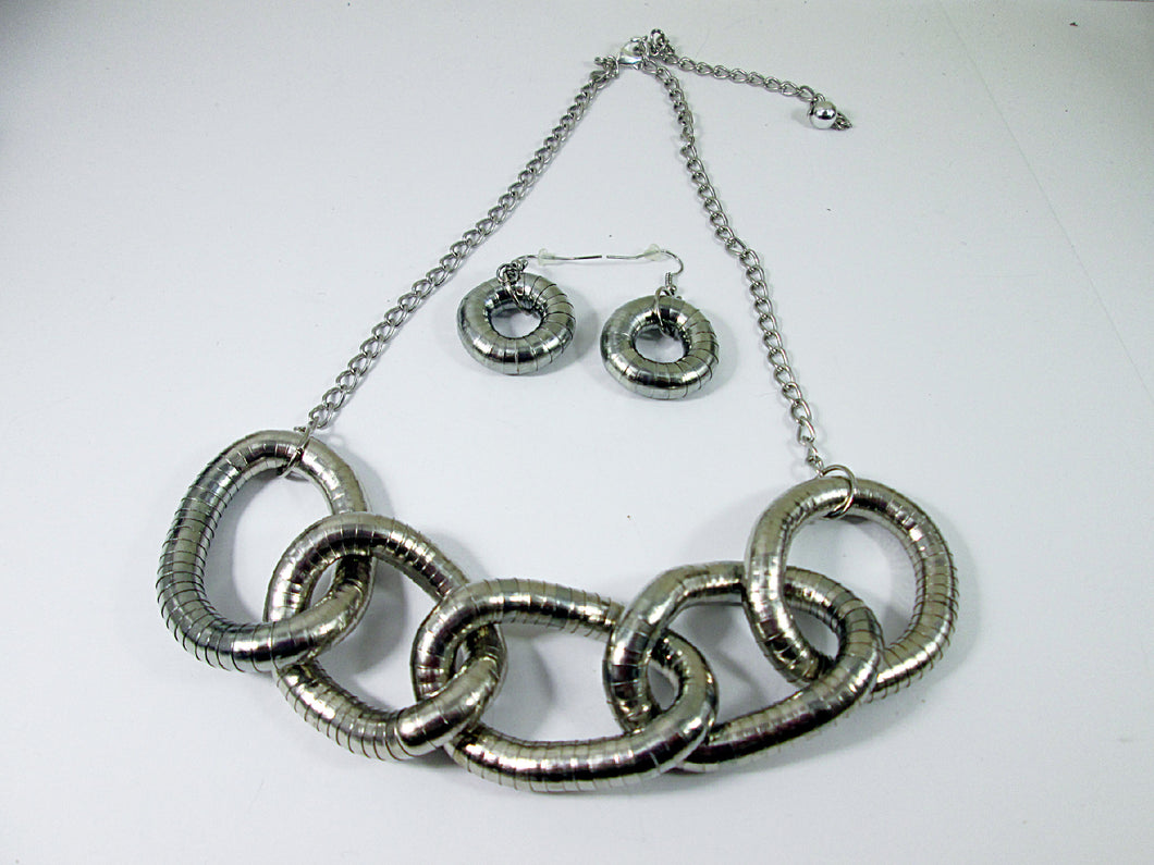 chunky silver five circles interlocking necklace and earrings set